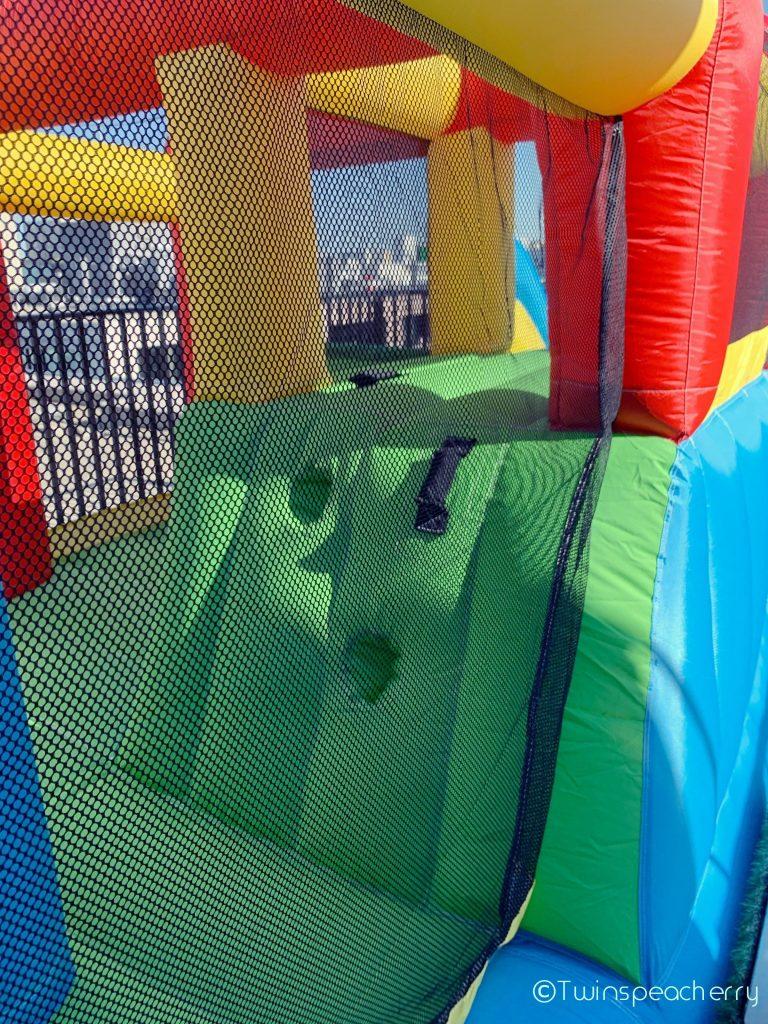 滑り台の登り口付近 |コロナ禍でも自宅で子供が思いっきり遊べる最強アイテム!!家庭用 屋外 エアトランポリン(Air Trampoline/送風機付き・空気注入式) をルーフテラス(ルーフバルコニー/屋上)で楽しむ! #巣ごもり消費