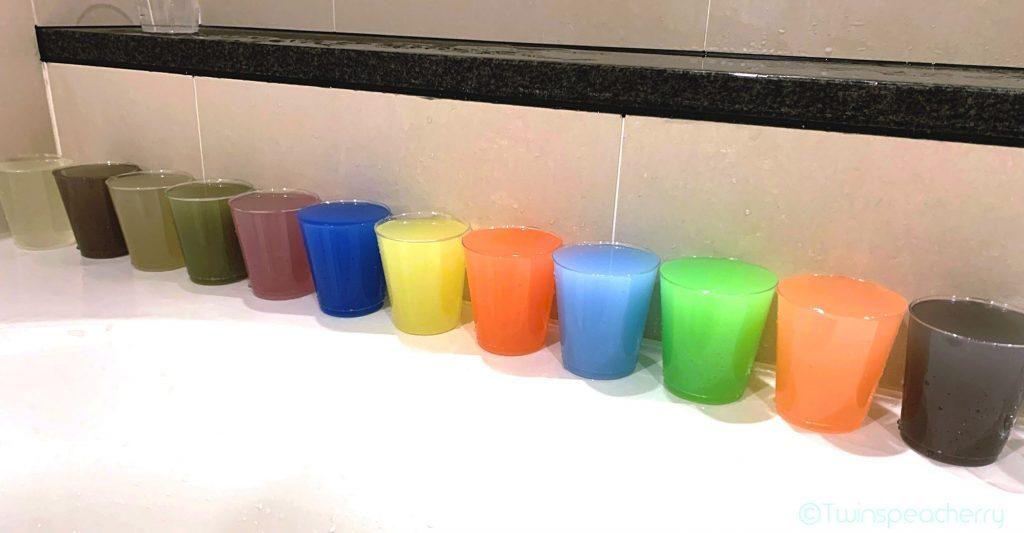 100均(セリア)プラスチックロックグラスに絵具ジュースを並べたよ♪|【双子4歳-知育遊び】お風呂で絵具ジュース屋さんごっこ! by100均(セリア)