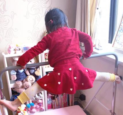 双子女子4歳(幼児の一人遊びお役だちグッズ&アイデア/手抜きグッズ ‐ 保育園休園時 幼い子供と一緒にテレワーク(家庭用室内用鉄棒、ジムスペース編)