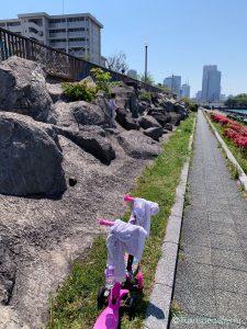 4歳双子と3密(密です)を避けてキックボードで散歩散歩-隅田川テラス周辺(相生橋‐越中島公園-大島川水門‐大横川‐越中島)岩登りに夢中!