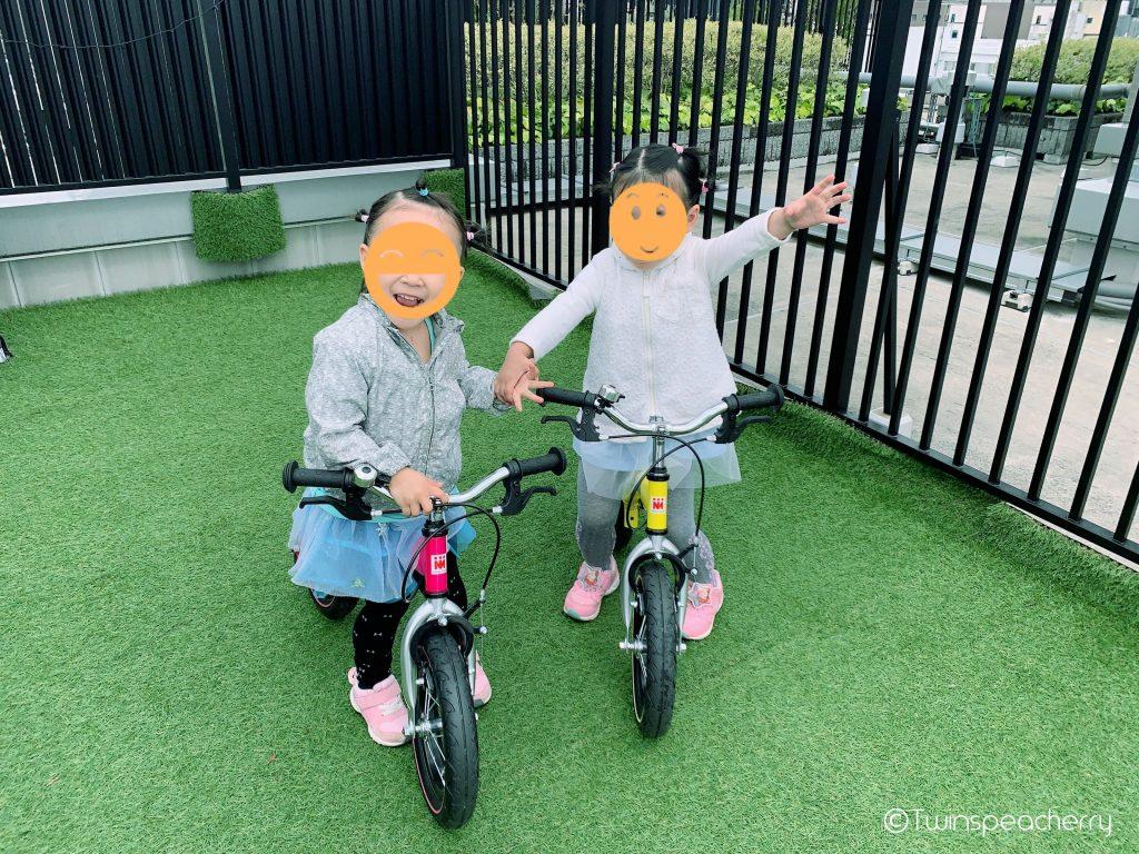 キッズバイクの練習をする双子4歳atルーフテラス(ルーフバルコニー/屋上)