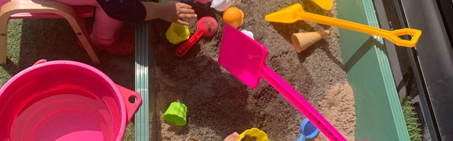 双子女子4歳(幼児の一人遊びお役だちグッズ&アイデア/手抜きグッズ ‐ 保育園休園時 幼い子供と一緒にテレワーク(砂場制作編)