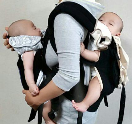 双子の同時抱っこアイテム‐Ergobaby(エルゴベビー‐おんぶ紐)× BabyBjorn(ベビービョルン‐抱っこ専用ベビーキャリアMINI)、超軽量抱っこ紐