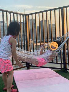 ハンモックではしゃぐ双子4歳。ブランコにもなって楽しめる!‐子供と楽しむルーフテラス(ルーフバルコニー/屋上)