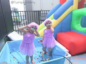 双子4歳、春プール始めました【ルーフバルコニー(屋上テラス)・ベランダで幼児と水遊び!】【ルーフバルコニー(屋上テラス)・ベランダで幼児と水遊び!】双子4歳春ビニールプールをトランポリンと一緒に満喫